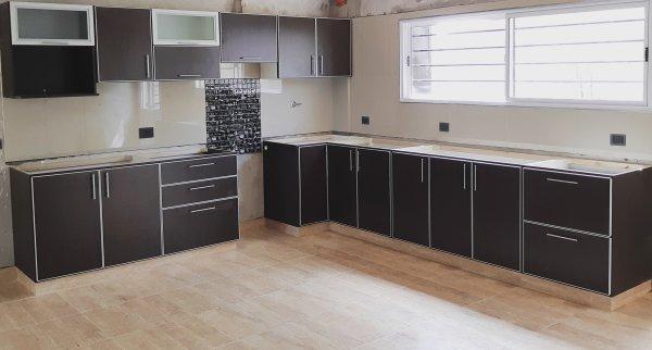 Melamina con bordes de aluminio muebles de cocina a for Perfiles aluminio para muebles