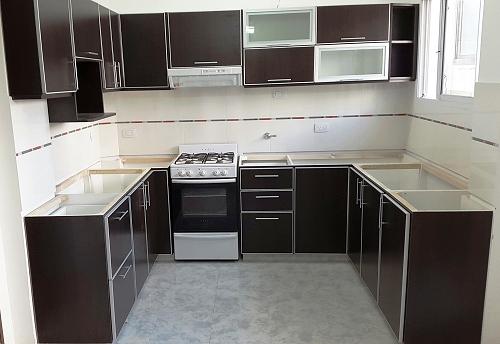 Melamina con bordes de aluminio muebles de cocina a for Amoblamientos modernos